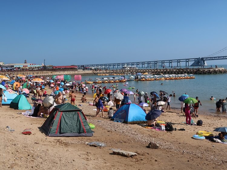 Typical packed Chinese beach