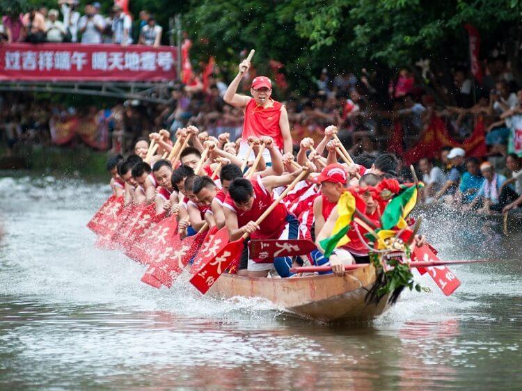 dragon boat racing China